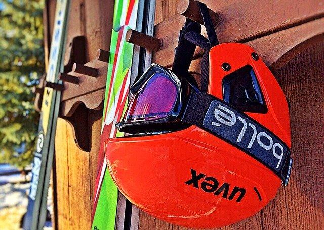 lyže a lyžařská přilba