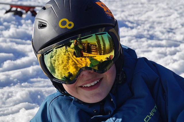 lyžař v helmě a brýlích
