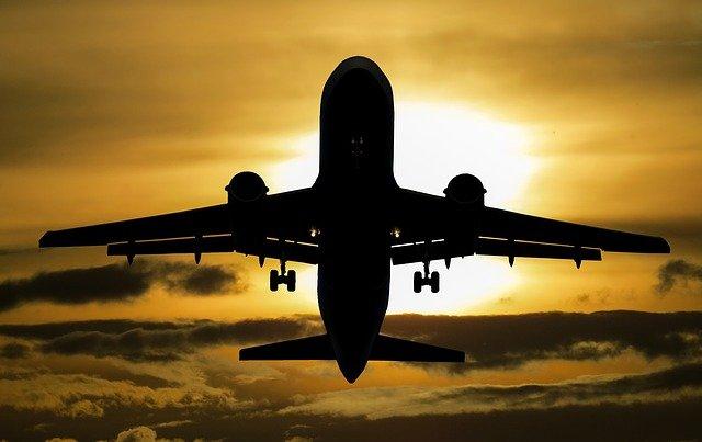 letadlo při západu ve vzduchu