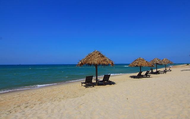 přírodní slunečníky na pláži