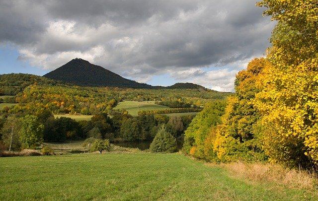podzimní krajina pod horou