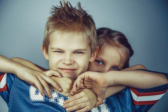 škádlící se sourozenci