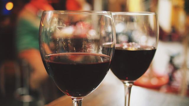 dvě sklenice vína