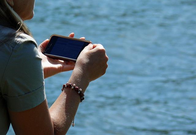 smartphone v dlaních