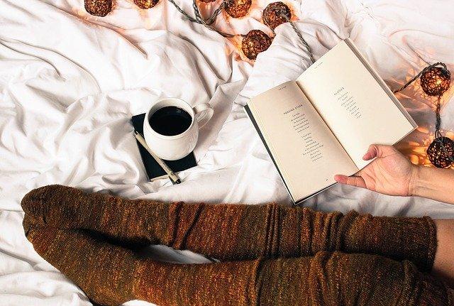 odpočinek s kávou a knihou