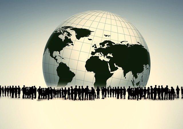 siluety lidí a zeměkoule
