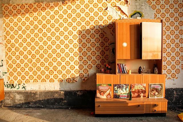 stará skříň s přihrádkami v pokoji