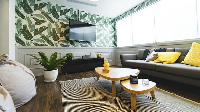 obývací pokoj se vzorovanou stěnou a televizí