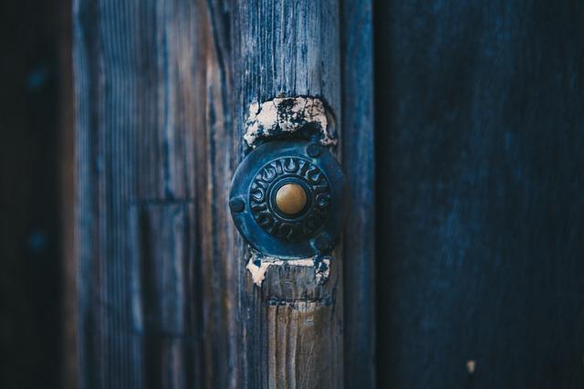 kulatá klika u starších dřevěných dveří