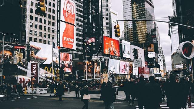 světelné reklamy ve městě