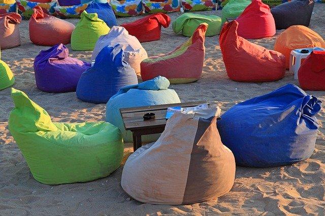 Pytlové židle na pláži