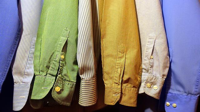 Košile pověšené ve skříni.jpg