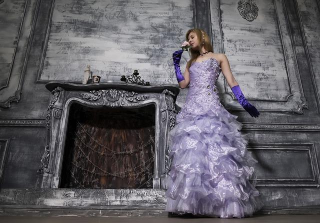 žena v luxusně padnoucích plesových šatech