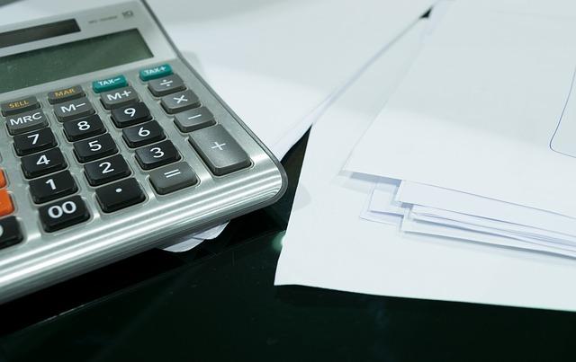 kalkulačka a účetní podklady